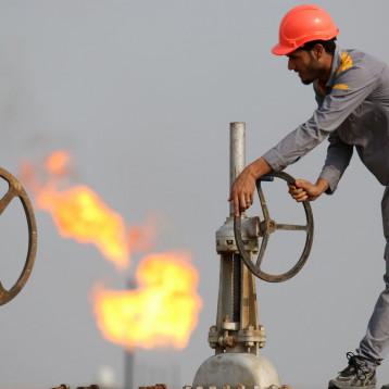النفط يتراجع بسبب تخمة المعروض وزيادة إنتاج أوبك+