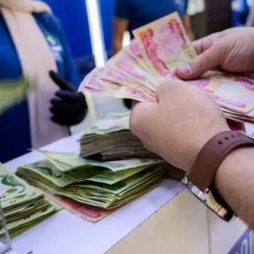 رواتب الموظفين تأخرت جراء تحويل العملة الصعبة الى محلية وليس لصرفها كل 40 يوم