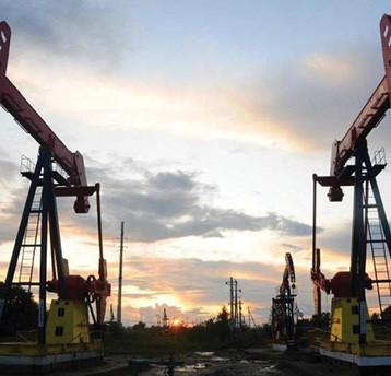 النفط يوسع مكاسبه لنحو 2% وبرنت يلامس 46 دولارا