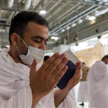 للمرة الأولى منذ سبعة أشهر السعودية تسمح بالصلاة في المسجد الحرام