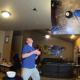 رجل يدخل موسوعة غينيس بعد إلتقاط 50 قطعة ذرة في فمه خلال دقيقة