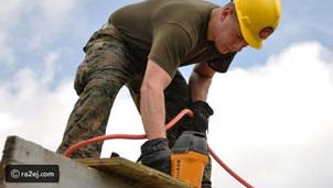 عامل بناء يحطم عدة منازل بعد امتناع اصحابها عن دفع الإيجار